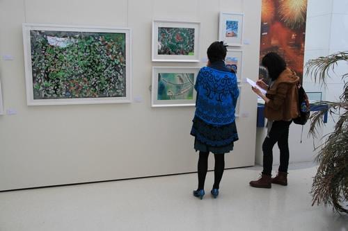 两幅画作的作者郑越和万桦都是来自青岛三江学校的自闭症儿童,越越的