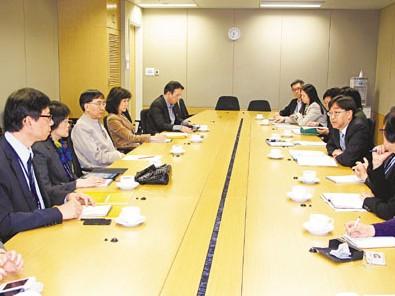 高永文4月2日召开会议,跟进内地确诊人类感染流感H7N9个案的最新进展。来源 香港《文汇报》