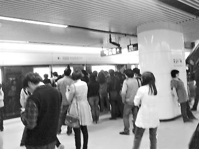 武汉地铁因车门故障临停8分钟 2号线多趟列车晚点