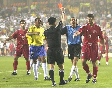 里瓦尔多的一蹴而就让巴西队以2比1后来居上.伤停补时阶段,巴图片