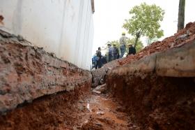 4月3日,醴陵市经开区国瓷路旁一安置区,挨着围墙下挖的沟深约40厘米,宽30厘米左右。图/记者陈勇