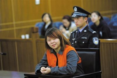2013年4月3日,被告人小萍在法庭上受审。新京报记者 王贵彬 摄