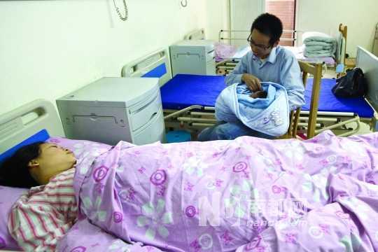 黄先生抱着刚出生的儿子. 南都记者 黎湛均 摄图片