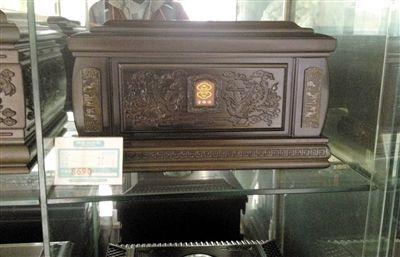 八宝山殡仪馆附近上庄东街某殡葬用品店内,一名顾客光临。店内多款售价数千元的骨灰盒,进货价不足售价的十分之一。记者 周岗峰摄