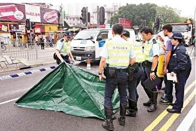 被撞毙巴裔女童的母亲箭嘴示在胞弟陪同下,前来认尸,2人神情哀伤。来源:香港《文汇报》