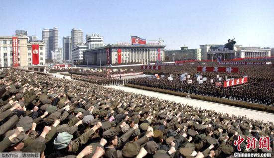 资料图:据朝中社于当地时间3月29日发布的照片显示,当地时间3月29日,成千上万的朝鲜民众(包括军人、学生等)在位于平壤的金日成广场举行大规模集会,响应朝鲜最高领导人金正恩的号召。据悉,当日0时30分,朝鲜最高领导人金正恩紧急召开人民军最高司令部作战会议,并下达了有关部队进入攻击待命状态的指示。