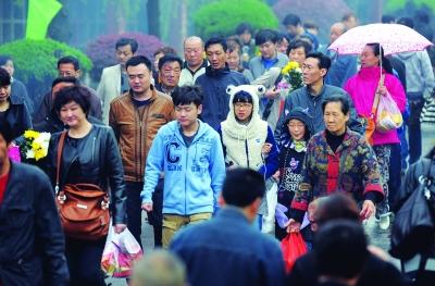 湖北/胡女士来到湖北名人墙前祭奠父亲。图片来源于网络
