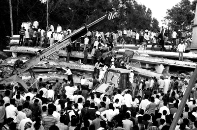 4月4日,在印度孟买郊区,救援人员与民众在大楼倒塌现场搜救。新华社发