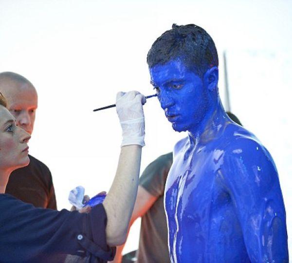 www巴巴人体艺术_切尔西众星蓝色喷漆超炫写真 托雷斯帅呆了(图)