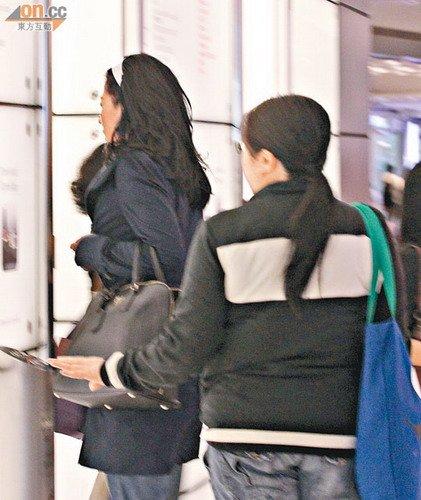 叶倩文(左)扫货后乘升降机前往停车场。