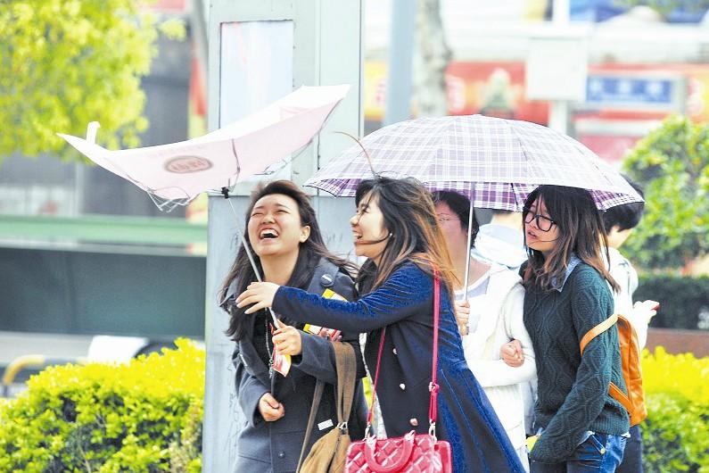 武汉晚报讯(记者符樱) 前天下午3点,武汉气温23.5℃,昨天下午3点,武汉气温13.4℃,冷空气带来的清明雨和6级北风,将我市气温在一天内打落了10.1℃。