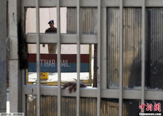 印度轮奸案一被告称遭殴打骨折 一共犯也忧被杀