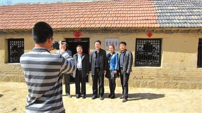 每天都有上百名游客从各地慕名前来莫言旧居参观。 新华社发