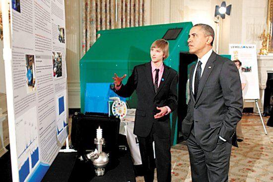 威尔森2013年2月在白宫科技展上向奥巴马介绍自己的检测仪