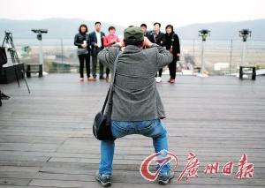 游客在朝韩边境地区拍照留念。
