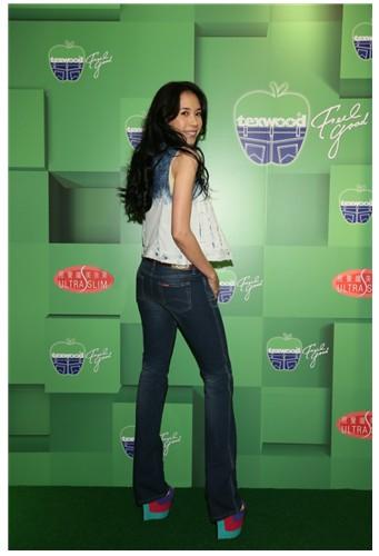 """莫 文 蔚穿上全球首条""""My Apple Jeans""""展现视觉纤美效果"""