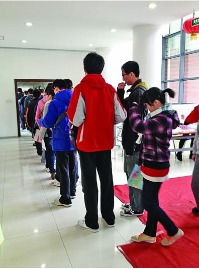 江苏考生们依次进入考场。