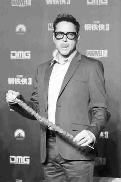 《钢铁侠3》中有一幕,小罗伯特·唐尼饰演的钢铁侠在北京永定门图片