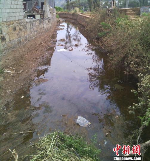 图为禄劝县屏山镇相将村因干旱荒芜的土地。 杨华伟 摄