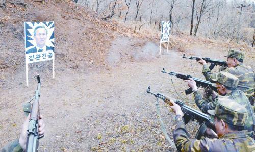 朝中社7日发布的朝军训练照片,靶上头像为韩国防长金宽镇。