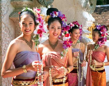 女人 泰国/泰国女人喜欢浓妆艳抹,配合艳丽的民族服饰,很妥帖。