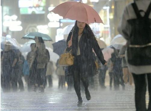 日本各地近期遭遇罕见暴风雨天气