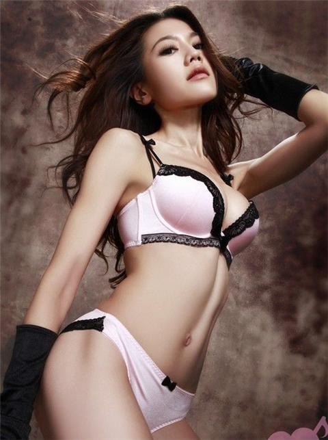 周秀娜代言内衣品牌拍摄写真,性感挤迷人乳沟.