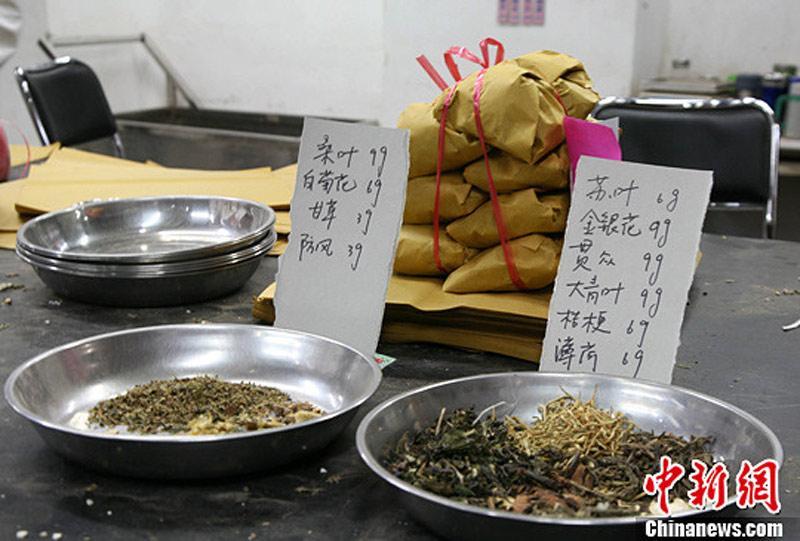4月7日,中药在浙江省中医院中药房内摆放,桌上看到着已v中药好的鱿鱼.记者仔卵图片