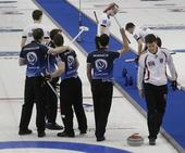 图文:2013男子冰壶世锦赛 苏格兰庆祝铜牌