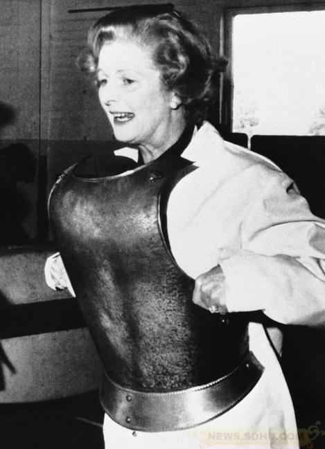 1978年9月,撒切尔尝试穿着中世纪铠甲,不辜负苏联
