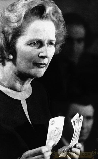 1976年4月30日,时任保守党领袖撒切尔夫人手举五个一镑纸币在总部发表演讲,她说,