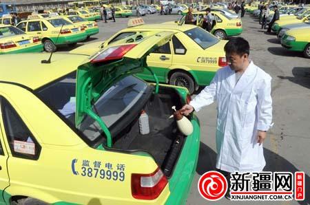 4月8日,在王家梁公交停车场,市公交出租车公司四车队队长李斌喷洒消毒图片