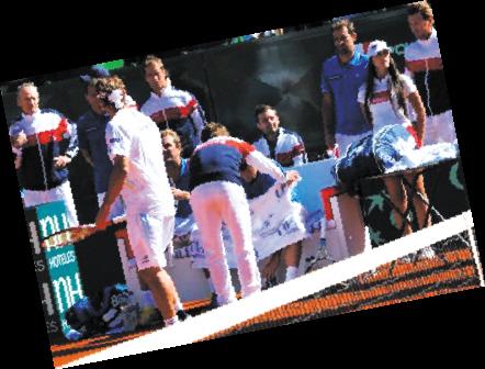 法国著名网球选手罗德拉在球场内外一直以无厘头无节操闻名,几年前曾在中网的颁奖仪式偷袭搭档下体。而在昨天的戴维斯杯1/4决赛中,他竟然在球场上当众小便,旁边的美女球童害羞的不敢直视。