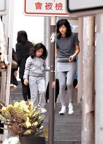徐濠萦接女儿放学。