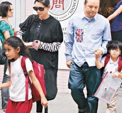 邱淑贞接子女放学。