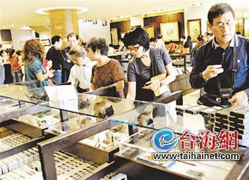 在全球各地赴台的旅客中,大陆客已成为台湾旅游的最大客源。资料显示,2012年大陆赴台旅客总人数为258万6428人次,同比成长44.96%。