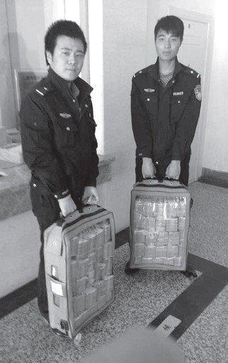 男子取500万现金装透明袋拎不动求助报警(图夜情趣内衣火店图片