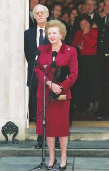 1990年11月28日,英国首相撒切尔夫人辞职前在伦敦唐宁街10号前最后一次向媒体讲话 新华社 发