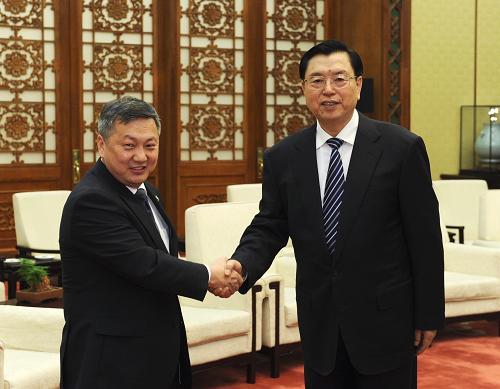 4月9日,全国人大常委会委员长张德江在北京人民大会堂会见蒙古国国家大呼拉尔主席恩赫包勒德。新华社记者 饶爱民 摄