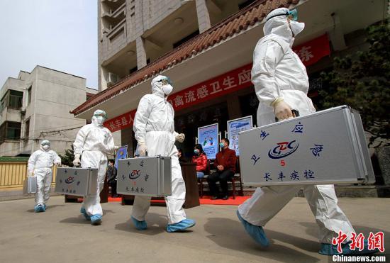 4月9日,安徽省长丰县举行人感染H7N9禽流感应急演练,演练采取情景模拟和现场演练相结合的方法,模拟人感染H7N9禽流感疫情处置的全过程。中新社发 韩苏原 摄