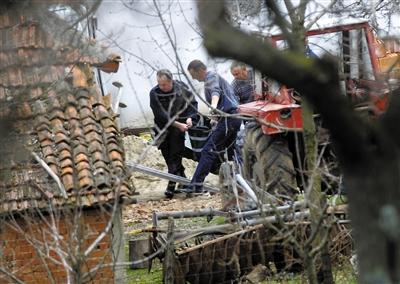 9日,塞尔维亚韦利卡伊万查村,警方在托运被害人尸体。