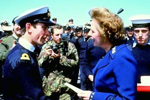 """1983年1月8日,撒切尔夫人乘坐""""大力神""""运输机抵达福克兰群岛(阿根廷称马尔维纳斯群岛)慰问官兵。"""