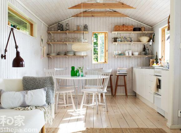 小编推荐:   厨房餐厅在一起之后收纳就成了很重要的一个问题,同时采用的方法可以有很多方法。整体橱柜本身就带着不少的收纳空间。但是如果你不想选用整体橱柜,同时家中空间也比较小的话不妨在墙上搭上一个长长的隔板,这也是小小的收纳之地,上面可以放置不少东西。   设计亮点:   自然味道十足的餐厅和厨房设计。