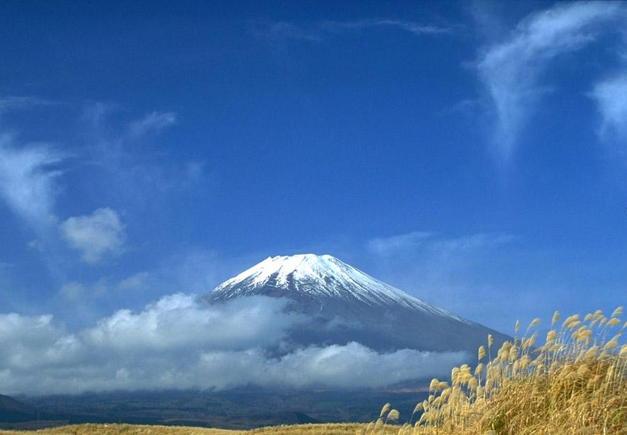 日本_日本富士山不断发生异变 出现300米长裂缝(高清)(组图