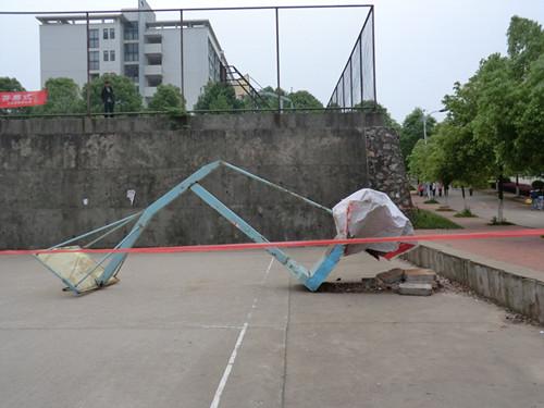 4月9日中午12:20,井冈山大学教育学院一学生因打篮球上篮时被篮球架砸中,当场生命垂危,120赶到现场抢救时,已无生命体征。