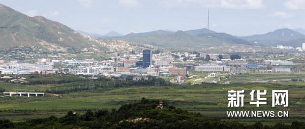这张从韩国边境一侧拍摄的照片显示的是朝鲜开城朝韩合作工业园区(2010年8月11日摄)。新华社发