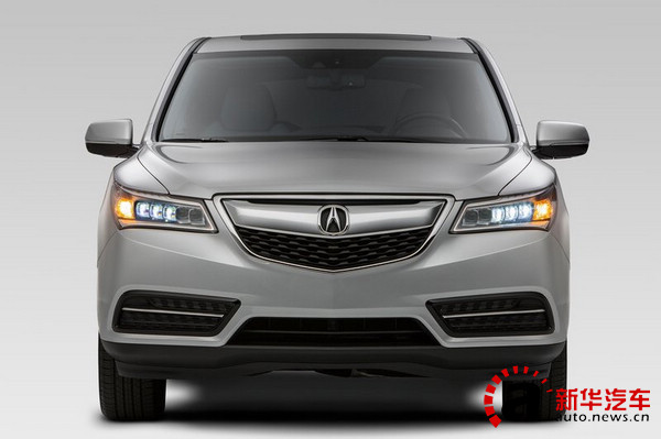 新车的前脸还是招牌性的盾形前进气格栅,但高度比现款略低。车灯则是继承了RLX的全LED大灯。由于新的LED大灯具备全天候照明功能,新车取消了雾灯。