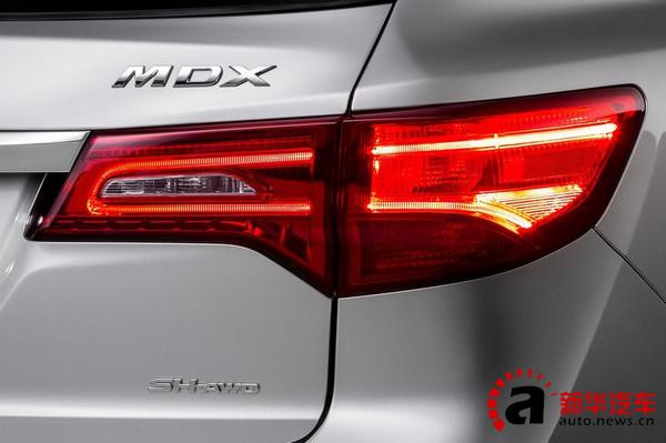 配合前脸的LED大灯,尾灯也换成了横条光带光源的尾灯,众多横向元素的加入唐新车的车尾看起来更加宽大,稳重。