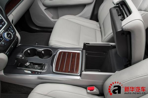 前排的中央扶手是新车的另一大亮点,不但空间组合多变,而且还有很像档次的木门活动盖板做装饰。