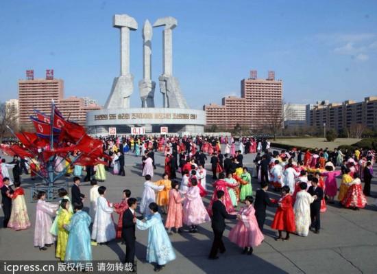 朝鲜学生举行舞会 庆祝金正恩执政一周年